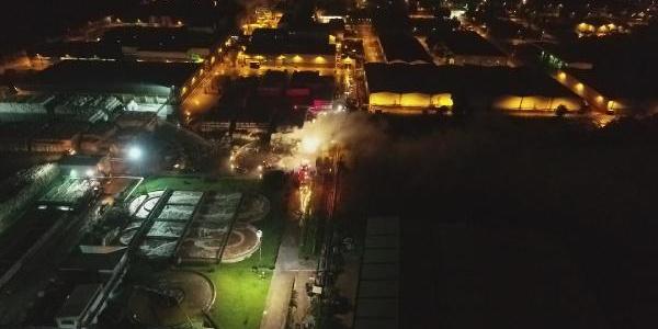 Kocaeli'nde karton fabrikasında yıldırım düşmesi sonucu yangın