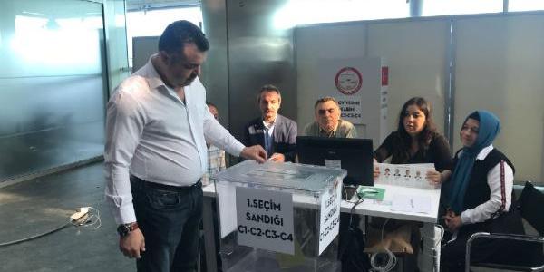 Havalimanlarında oy verme işlemleri resmen başladı