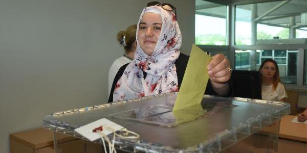 Oy kullanmak için Kapıkule gümrüğünde 6 saat beklediler
