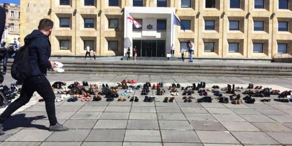 Gürcistan'da hükümet binası önüne ayakkabı yığıdılar