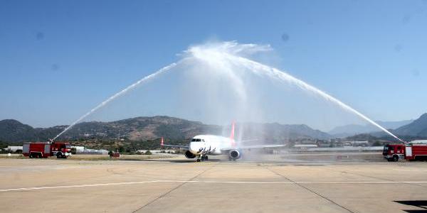 Azerbaycan'dan gelen ilk uçak için Gazipaşa Havalimanı'nda 'su takı' töreni