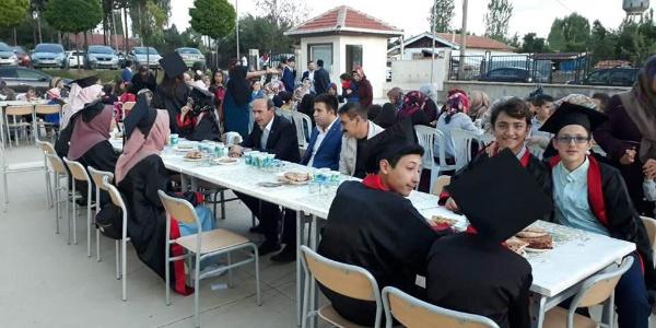 Ortaokul öğrencileri iftar sofrasında kep fırlattılar