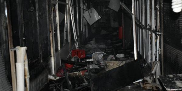 Van'da 2 katlı iş hanında çıkan yangında 10 işyeri yandı