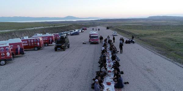 Van'da Saadet Partililer protesto için yolda iftar yaptı