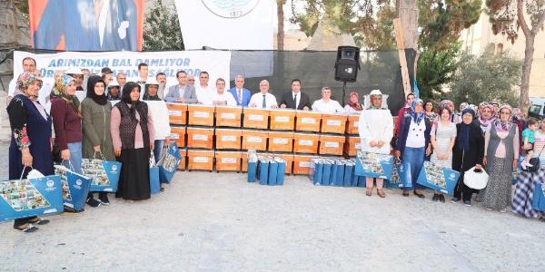 Mersin Büyükşehir Belediyesi  Mut'lu arı üreticilerine kovan dağıttı