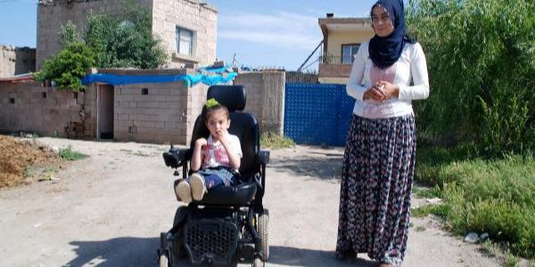 Anne kucağında okula giden Yezda'nın karne hediyesi akülü araba oldu