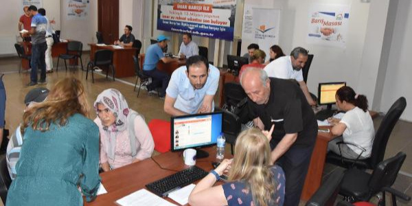 İzmir'de vatandaşlar, imar barışı için kuyruk oluşturdu