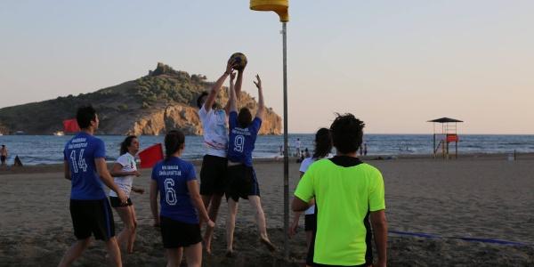 6 üniversiteden 40 sporcu Sarıgerme Plajını korfbol ile şenlendirdi