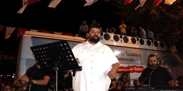CHP'den sanatçı Mustafa Özaslan'lı seçim karargahı açılışı