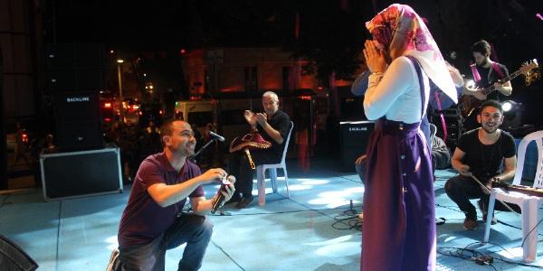 Afrin'de ilk kurşunu sıkan askerden, sahnede evlilik teklifi