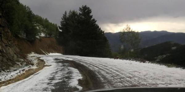 Gümüşhane'de dolu yüzünden yollar beyaza büründü