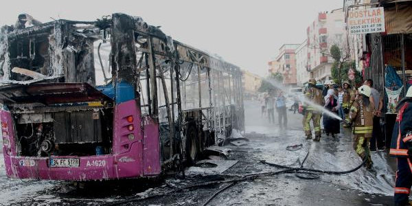 İstanbul'da seyir halindeki halk otobüsü alev alev yandı