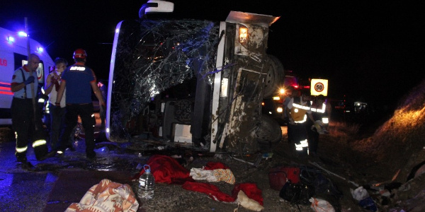 Karaman'da  yolcu otobüsü devrildi: 3 kişi öldü 47 yaralı