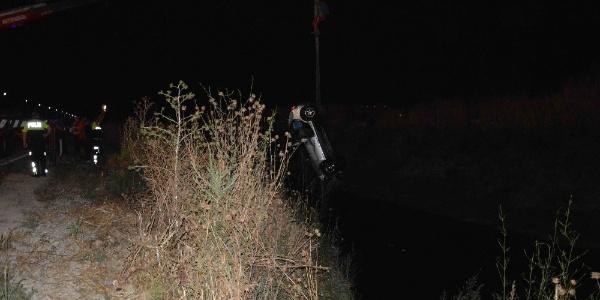 Muğla'da su kanalına devrilen araçtan 5 kişiyi çıkardılar