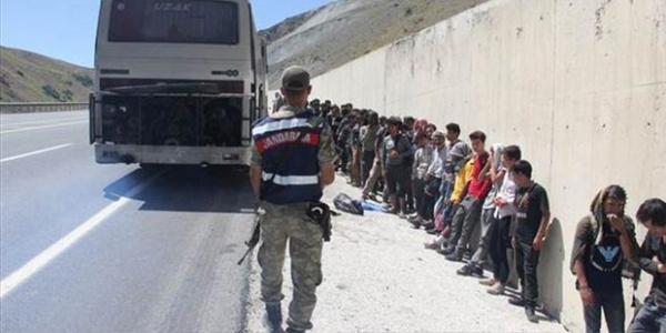 Bitlis'de durdurulan 2 minibüsten 81 mülteci çıktı
