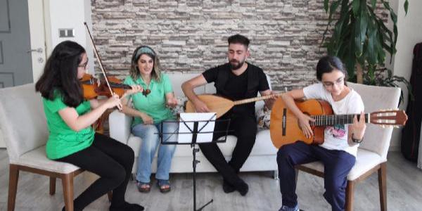 Selahattin Demirtaş'ın bestesini eşi ve çocukları çaldı, söyledi