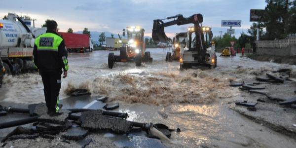 Denizli'deki sağanak yağış ulaşımı felç etti