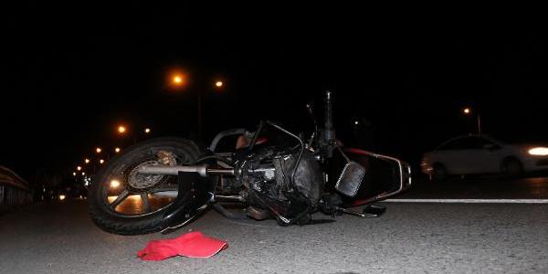 Motosikletten düştü, başka aracın aldında can verdi