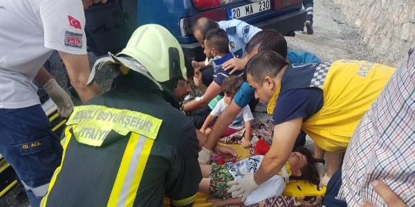Denizli'de içinde çocukların bulunduğu 2 otomobil çarpıştı: 11 yaralı