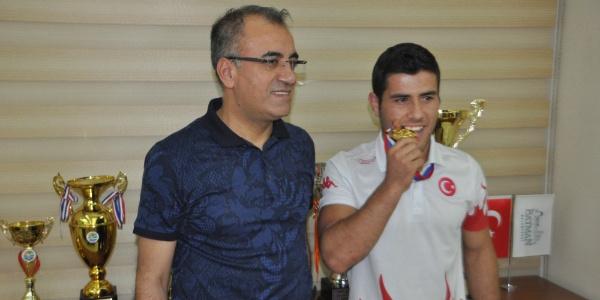 Batmanlı  güreşçi  İranlı rakibini yenerek 3'üncü kez Dünya Şampiyonu oldu