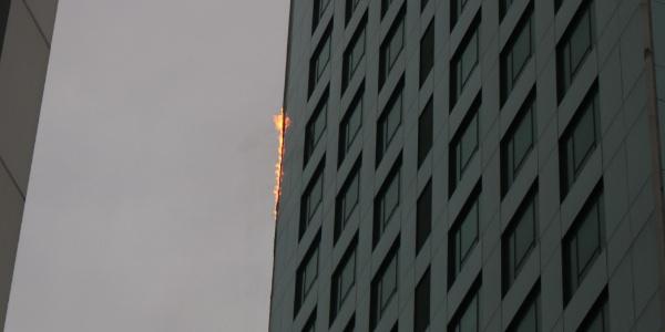 Maslak'ta 32 katlı gökdelende yangın çıktı