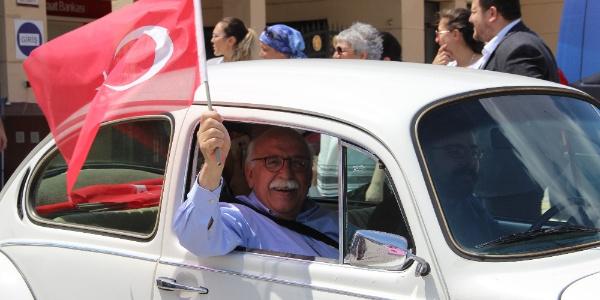 Eskişehir'de klasik araçlarla 'Demokrasi Konvoyu'nda Nabi Avcı sürprizi