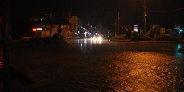Bartın'da şiddetli yağış sonrası yollar adeta göle döndü