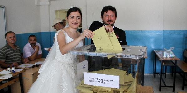 Önce seçim sandığına sonra nikah masasına gittiler