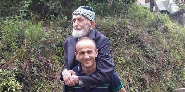 80 yaşındaki İbrahim dede, oğlunun sırtında oy kullanmaya gitti