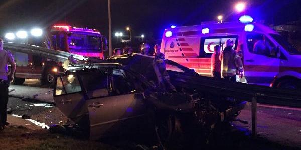 Sancaktepe'de bariyerlere saplanan otomobilde 2 kişi öldü 3 kişi yaralı