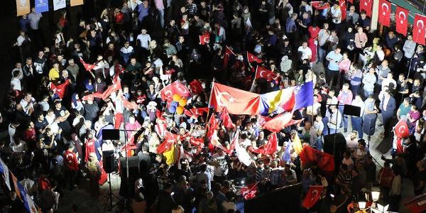 AK Partili ve MHP'lilerden Berlin'de zafer konvoyu