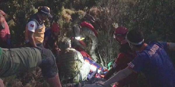 Kayalıklarda mahsur kalan Macar paraşütçü askeri helikopterle kurtarıldı