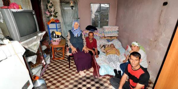 Trabzon'da evleri yıkılan 5 kişilik aile komşuda yatıp kalkıyor
