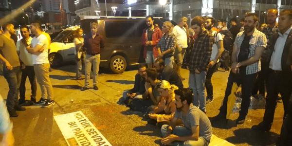 CHP Genel Merkezi önünde 5 gencin başlattığı eylem artarak sürüyor