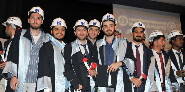 Aydın'da genç mühendislerin baretli diploma sevinci
