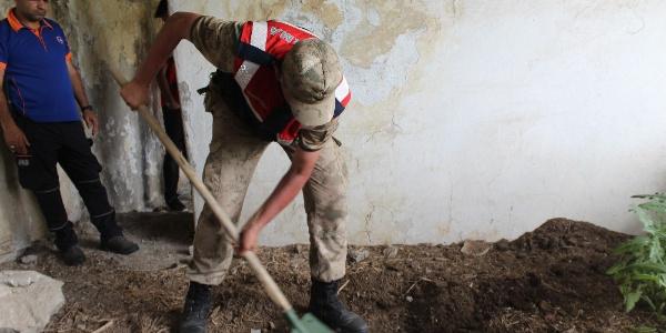 Ağrı'da jandarma Leyla için metruk evlerde kazı yapıyor