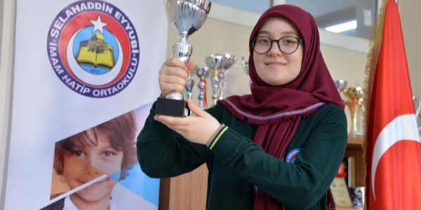 Adana'da İmam Hatip'te okuyan Azra, LGS'de Türkiye birincisi oldu