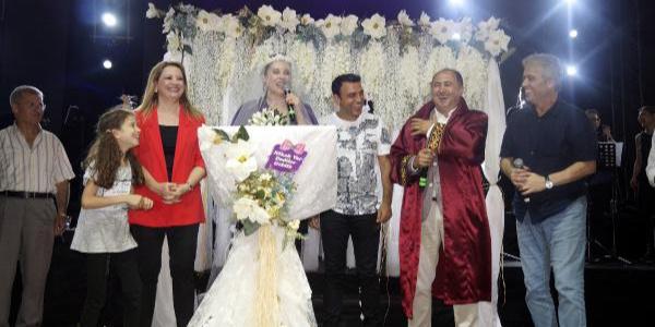 """Antalya'da Funda Arar ve eşine """"nikah tazeleme"""" sürprizi"""