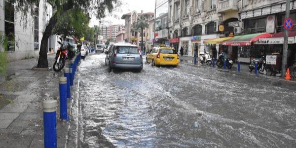 İzmir'de ani bastıran sağanak caddeleri göle çevirdi