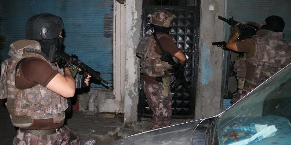 Adana polisinden DEAŞ operasyonu: 1'i kadın 14 gözaltı