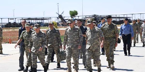 Genelkurmay Başkanı Akar, kuvvet komutanları ile sınırda