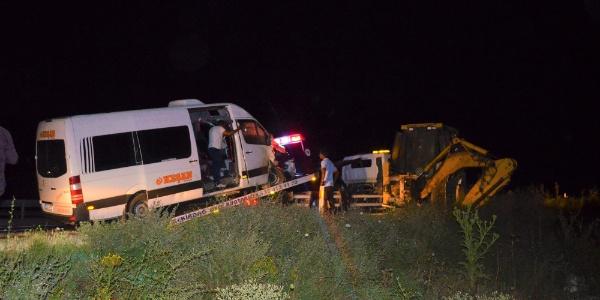 Tekirdağ'da kepçe ile çarpışan yolcu minibüsünde 3 kişi yaralandı