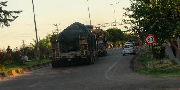 Kilis'ten Suriye tarafına yeni askeri araç sevkiyatı