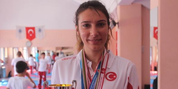 Sporu bırakmaya hazırlanan Zeynep, İtalya'da dünya ikincisi oldu