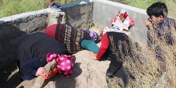 Annesi küçük Leyla'nın mezarına sarılıp gözyaşı döktü