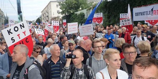 Polonya'da hükumet yargıçları emekliye sevketti halk ayaklandı
