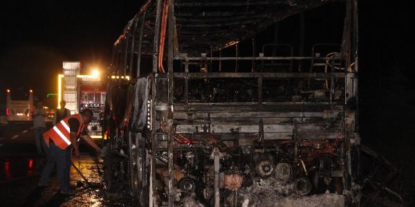 İçindeki 34 yolcu son anda indirilen otobüs cayır cayır yandı