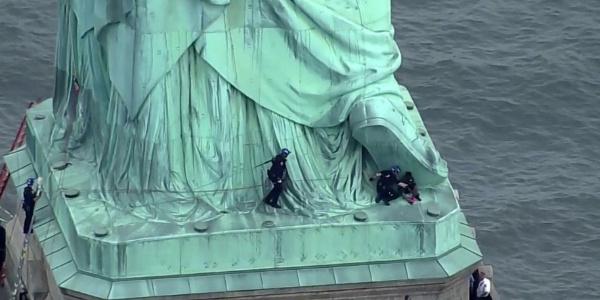 New York'taki özgürlük heykeline çıkıp Trump'ı protesto etti