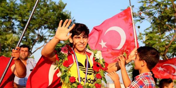Mersinliler Dünya Şampiyonu Hamza'yı omuzlarda karşıladılar