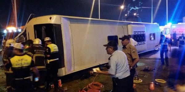 Kütahya'da TIR'ın çarptığı otobüste 1 kişi öldü 13 kişi yaralandı